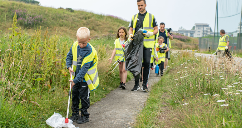 Litter pickers on their way to Aberdeen Beach